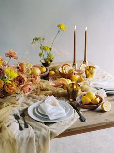 Mustard, lemon, sun yellow – this captivating synthesis of the arts by This Modern Romance and Siren Floral Co focuses on the love for yellow with a tribute to all its facets. Wedding Table Decorations, Decoration Table, Table Wedding, Centerpiece Ideas, Wedding Reception, Rustic Wedding, Centerpieces, Table Setting Inspiration, Wedding Inspiration
