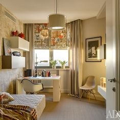 Шведским сизалевым покрытием Bolon застелены все помещения второго этажа, кроме санузла. Цветы на подоконнике Crate and Barrel.