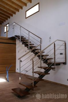 Escalera interior en caño, hierro, acero inoxidable y madera