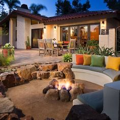 Sunken patio fire pit ideas for creating eye-catching features in your backyard. Add a sunken fire pit seating to turn your patio into a magical retreat. Sunken Patio, Sunken Fire Pits, Fire Pit Bbq, Concrete Fire Pits, Fire Pit Area, Diy Fire Pit, Fire Pit Backyard, Fire Pit Near Pool, Outside Fire Pits