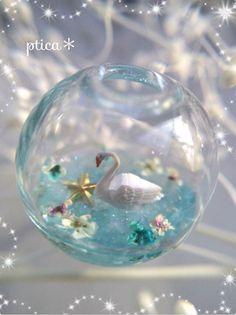 """レジンBOT on Twitter: """"『花咲く水辺』~星降る水面~ 小さな小さなガラスドームの中に、スワンが空から降って来た星を拾おうとしている童話のような世界を表現しています。 水面はよく見るとキラキラしています。 製作者:@PinkPtica https://t.co/2XpGciOCY3"""""""