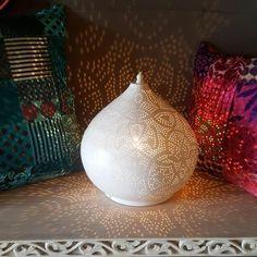 Tafellamp filigrain druppel model mat wit finish / verweerd goud binnenkant