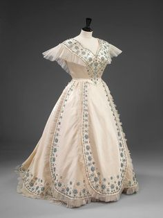 Sir Norman Hartnell (June 12, 1901 – June 8, 1979)/ Norman Hartnell for Queen Elizabeth: tangomango78 — LiveJournal Vintage Gowns, Vintage Outfits, Beautiful Gowns, Beautiful Outfits, Norman Hartnell, Crinoline Dress, Vintage Vogue, Vintage Fashion, Edwardian Fashion