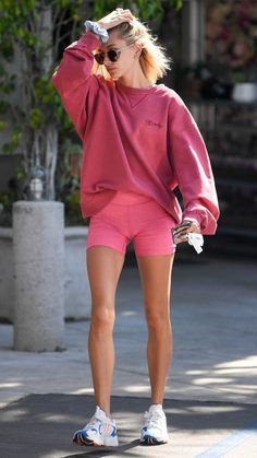 Hailey Baldwin parades long legs in hot pink bike shorts at Pilates She's a master of athleisure style. And Hailey Baldwin demonstrated her sporty sartorial skills while running errands after her Pilates class Thursday in LA. SEE DETAILS. Athleisure Fashion, Athleisure Outfits, Sporty Outfits, Sporty Style, Hot Summer Outfits, Fitness Outfits, Trendy Style, Style Men, Summer Shorts