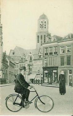 hele oude foto van man op fiets in Zwolse binnenstad