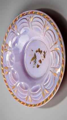 Talíř z fialového agatinového skla, broušený, zdobený zlatem, stříbrem a barevnými emaily, kolem 1840. Buquoy ?