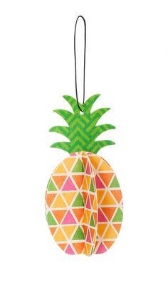 Fini les vilains désodorisants supendus à votre rétro avec cet ananas parfumé qui vous aidera à lutter contre les odeurs désagréables souvent laissés dans votre voiture par vos amis, vos animaux, ou votre fumée! Senteur: ananas. Dimensions: 6 X 11,5cm.