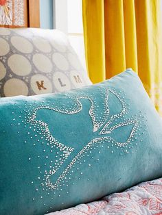 Almofada decorada com tinta relevo - * Decoração e Invenção *