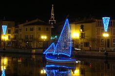 Illuminations pour les fêtes de fin d'année à Martigues, la Venise provençale.  #martigues #night #boat #voilier #port #harbor #tourismepaca #bouchesdurhone
