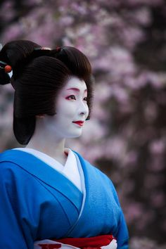 Now and Here: picture of cherry blossoms blooming time Japanese Geisha, Japanese Beauty, Japanese Kimono, Japanese Style, Japanese Art, Asian Beauty, Hina Matsuri, Memoirs Of A Geisha, All About Japan