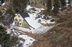 Una allau de grans dimensions ha arrasat el bosc que del voltant del refugi Vallferrera (al Pallars Sobirà), amb arbres de més de 100 anys, fet que demostra el temps que feia que no baixava una all...