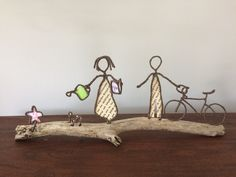 `amis français` Wire Crafts, Diy And Crafts, Wire Art Sculpture, Wire Sculptures, French Friend, 3d Pen, Diy Christmas Tree, Driftwood Art, Mural Art