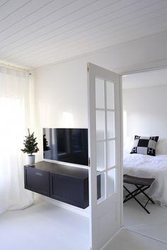Tv-taso bestå musta moderni ja klassiset ovet. Tv seinäkiinnitys. Blogista homevialaura