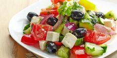 insalata greca - un piatto veramente saporito preparato con pomodori cetriolo cipollotti e feta greca un piatto fresco e adatto ad ogni occasione da provare