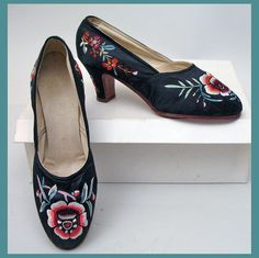1930's silk satin embroidered Chinese pumps Vintage Shoes, Vintage Outfits, Chinese Clothing, 1930s Fashion, China Fashion, Contemporary Fashion, Silk Satin, Kitten Heels, Fashion Accessories