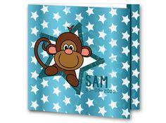 Een geboortekaartje voor een jongen met een aap in een ster. De achtergrond is blauw met witte sterretjes. Aan de binnenkant van het geboortekaartje is de achtergrond weer blauw met witte sterretjes met een groot wit vlak voor tekst. Aan de linkerkant is de aap in de ster ook weer afgebeeld.
