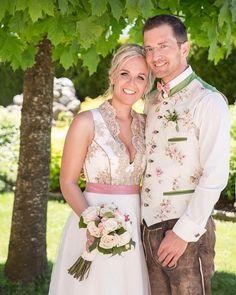 Glückliches Traumpaar im TvT-Look 🌹 www.tianvantastique.com #hochzeitsdirndl #tianvantastique #trachtenhochzeit #brautdirndl #ehepaar #trachten #wedding #fesch #zwischentüllundtränen #märchenhaft