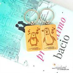 """PACK 2 LLAVEROS """"AMOR DE PINGUINO""""  Referencia LLSET001ES  Condición: Nuevo producto  Declara a todo el mundo que lo vuestro es un amor de pingüinos. Pack de 2 llaveros a juego. Disponible en 3 idiomas.  Español: """"Que lo nuestro sea un amor de pinguinos"""".  Inglés: """"Our love, is a penguim love"""".  Portugués: """"O nosso amor, é um amor de pingum""""."""