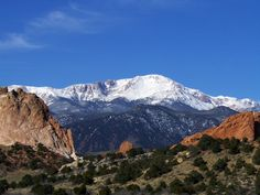 Pikes Peak and Garden of the Gods Living In Colorado, Colorado Homes, Colorado Springs, Vacations In The Us, Scary Places, Pikes Peak, Colorado Mountains, Heaven On Earth, Wonderful Places