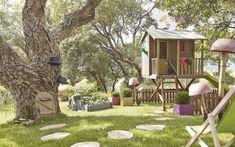 Maisonnette bois dans les arbres, à peindre, incluant un toboggan, 499 € ; champignons géants à confectionner soi-même à partir de tiges de bambou et de pots en terre cuite retournés ; chilienne enfant, 29,90 €, l'ensemble chez Leroy-Merlin