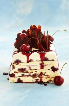 You won't believe how easy it is to make this stunning black forest ice cream cake, completely with a drippy cherry sauce. Ice Cream Desserts, No Cook Desserts, Frozen Desserts, Ice Cream Recipes, Frozen Treats, Just Desserts, Delicious Desserts, Dessert Recipes, Xmas Recipes