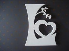 Letras decoradas com tema flores e coração, confeccionada em mdf, pintadas com tinta PVA com acabamento em verniz acrílico fosco.  A letra da foto mede 15cm de altura e 15mm de espessura.  Podem ser confeccionadas em outras alturas com espessuras de 3mm, 6mm, 9mm ou 15mm.  Prazo de confecção 30 dias, em caso de urgência consultar disponibilidade para atendimento. R$ 48,00