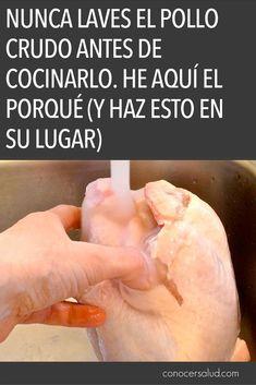 Un abrumador 90% de las personas lavan el pollo crudo antes de cocinarlo. He aquí por qué no deberías hacerlo. El pollo crudo contiene bacterias dañinas, en particular Campylobacter y Salmonella, dos de las principales culpables de muchas intoxicaciones alimentarias. Por lo que parece que tiene sentido lavar el pollo crudo antes de cocinarlo, ¿verdad? Incorrecto. El lavado del pollo crudo antes de cocinar en realidad contribuye a la propagación de las bacterias nocivas que están en la…