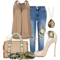 Boyfriend jeans. Summer outfits. Fashion bloggers. Fashion for women over 40.