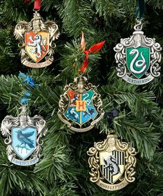 Love these Hogwarts house ornaments if you are looking for Harry Potter Christmas decorations for your tree! Harry Potter Logo, Deco Noel Harry Potter, Harry Potter Laden, Harry Potter Navidad, Harry Potter Weihnachten, Harry Potter Shop, Harry Potter Merchandise, Harry Potter Gifts, Harry Potter Theme