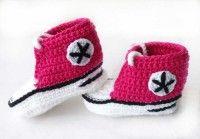 Converse de crochet fucsia  Zapatitos a ganchillo estilo all star de color fucsia.