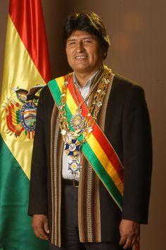 Este es el presidente de Bolivia se llama Evo Morales. Morales es una socialista democrática y es una activista de cocalero.