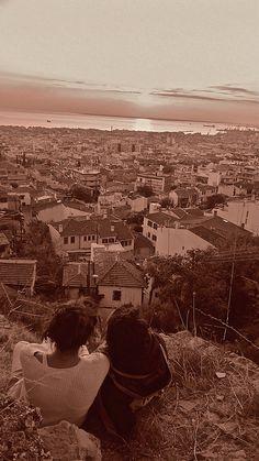 Δυο κοριτσια , κουβεντιαζουν , και απολαμβανουν την θεα της Θεσσαλονικης. Two girls , talking each other and enjoy the view of Thessaloniki port and city