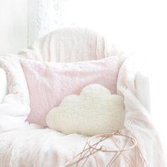 INSTAGRAM : Fluffy chair ☁️ Pas étonnant que mes chattes l'adorent et dorment dessus à tour de rôle, voir à deux ✨ Bon vendredi mes petits nuages, ce soir c'est le week-end  #fluffychair #homeyoko #piloupilou #pastelhouse - Yoko