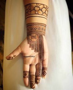 Wish you had a pool of mehndi designs to choose from to flaunt on your mehndi ceremony? Look no more and start bookmarking these images for some quick inspiration and an awe-inspiring feast for your eyes. Mehndi Designs Front Hand, Palm Mehndi Design, Latest Bridal Mehndi Designs, Full Hand Mehndi Designs, Henna Art Designs, Stylish Mehndi Designs, Mehndi Designs 2018, Mehndi Designs For Beginners, Mehndi Designs For Girls
