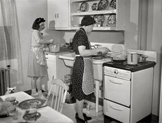 "Modern Kitchen,Spring ""New Bedford, Massachusetts. Family of Portuguese house painter who live in low-income government housing project."" Medium format negative by John Collier for the Resettlement Administration Old Kitchen, Vintage Kitchen, 1940s Kitchen, Kitchen Stuff, Shorpy Historical Photos, 1940s Home, 1930s, Vintage Housewife, New Bedford"