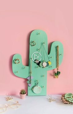 Great DIY Schmuckhalter oder Ketten-Halter in Kaktus-Form ganz einfach selbst aus Holz… DIY jewelry holder or chain holder in cactus form easily made of wood yourself Chain holder for retouching with template for printing Diy Jewelry Unique, Diy Jewelry To Sell, Diy Jewelry Holder, Diy Jewelry Making, Wooden Jewelry, Jewelry Stand, Jewelry Kits, Cactus Decor, Cactus Cactus