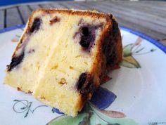 Aqui vai uma receita de bolo que eu não fiz.... oh não! Era um dos bolos da festa da minha sobrinha estava tão bom e fofo que eu resgatei a receita para partilhar com toda a gente heheheh. Este é o género de bolo que lembra o verão, com um bolo fofo, fresco e húmido de limão com uns mirtilos para dar aquele toque
