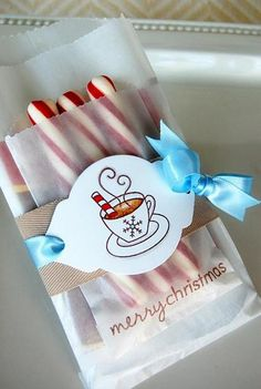 Peppermint hot cocoa, gift idea for neighbors, add popcorn packet on back. Noel Christmas, Christmas Goodies, All Things Christmas, Winter Christmas, Christmas Projects, Wrapping Ideas, Gift Wrapping, Homemade Gifts, Diy Gifts