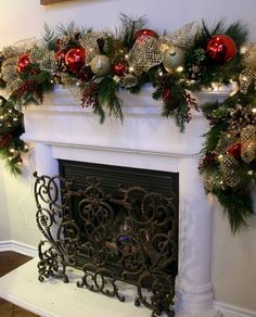 30 Beautiful Christmas Fireplace Decor and Design Ideas Christmas Fireplace Garland, Diy Christmas Garland, Christmas Mantels, Christmas Home, Christmas Decorations, Christmas Ideas, Holiday Ideas, House Decorations, Country Christmas