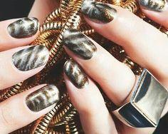 Magnetic nail enamel