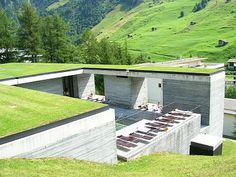 green roofs and baths - Therme Vals Spa in Switzerland by Peter Zumthor Peter Zumthor, Park Hotel, Hotel Spa, Therme Vals, Small Buildings, Interior Exterior, Landscape Architecture, House Design, House Styles
