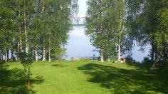 Vihertävät puut ja peilityyni järvi