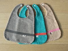 De jolis bavoirs réversibles pour que Bébé ne se salisse pas, c'est par ici : http://makeri.st/tuto-petits-bavoirs