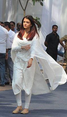 Indian Bollywood actess Aishwarya Rai Bachchan attends the funeral of legendary of late Bollywood actress Sridevi Kapoor in Mumbai on February Indian Attire, Indian Wear, Indian Outfits, Actress Aishwarya Rai, Aishwarya Rai Bachchan, Bollywood Actress, Bollywood Fashion, Bollywood Suits, Indian Bollywood