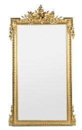 Gran espejo isabelino con marco en madera tallada, estuco y dorados, de la segunda mitad del siglo XIX