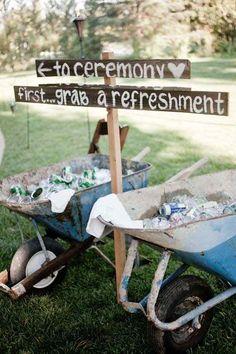 Dirígelos a la fiesta con #carteles para #bodas pero primero ofréceles un refresco - Foto: realweddingsmag.com