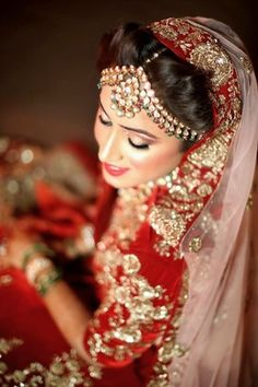 Looking for Indian bride with polki earrings? Browse of latest bridal photos, lehenga & jewelry designs, decor ideas, etc. Indian Bridal Fashion, Indian Bridal Wear, Plan My Wedding, Wedding Looks, Wedding Ideas, Moda Indiana, Indian Marriage, Bridal Photoshoot, Photoshoot Ideas