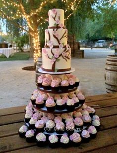Pink Wedding Cakes Beautiful Cherry Blossom Wedding Themed Decoration Ideas You Will Totally Love 42 - Beautiful Cherry Blossom Wedding Themed Decoration Ideas You Will Totally Love 42 Church Wedding Flowers, Blush Wedding Flowers, Wedding Party Favors, Wedding Cupcakes, Wedding Ideas, Wedding Stuff, Beautiful Wedding Cakes, Dream Wedding, Wedding Dinner