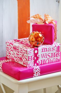 10 lovely and colorful Christmas gift wrapping ideas - red and white, pink and gold, neutral and orange combinations. Christmas Colors, Christmas Holidays, Christmas Decorations, Box Decorations, Preppy Christmas, Mary Christmas, Christmas Cactus, Christmas Gift Wrapping, Christmas Presents