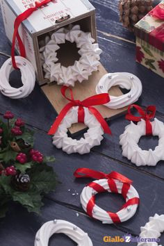In questa #ricetta vi proponiamo delle #ghirlande di meringhe (meringue wreath) candide e raffinate, decorate con graziose perline color argento, che potrete appendere al vostro albero o utilizzare come segnaposto per gli ospiti! #GialloZafferano #Natale #Christmas #italianfood http://speciali.giallozafferano.it/decorazioni-speciali
